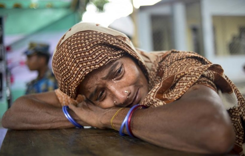 """Femeie găsită ÎN VIAŢĂ sub dărâmăturile clădirii prăbuşite în Bangladesh: """"Vă rog, salvaţi-mă"""""""
