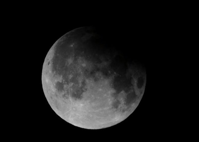 Studiu: Apa descoperită pe Lună are aceeaşi origine ca apa de pe Terra