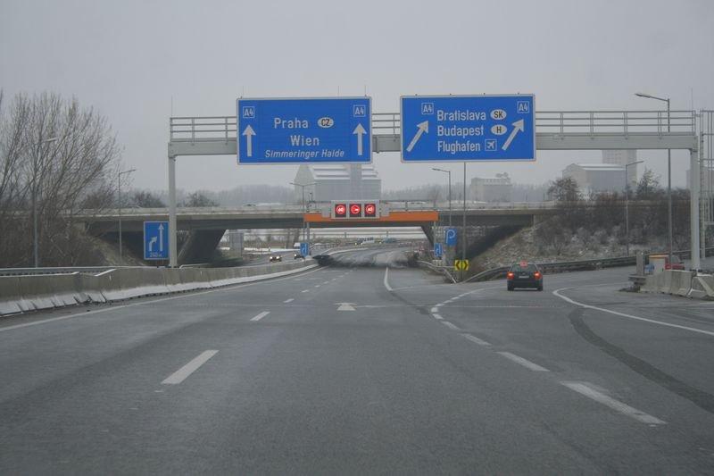 Austria. Doi români au fost loviţi de maşini, în timp ce încercau să traverseze o autostradă