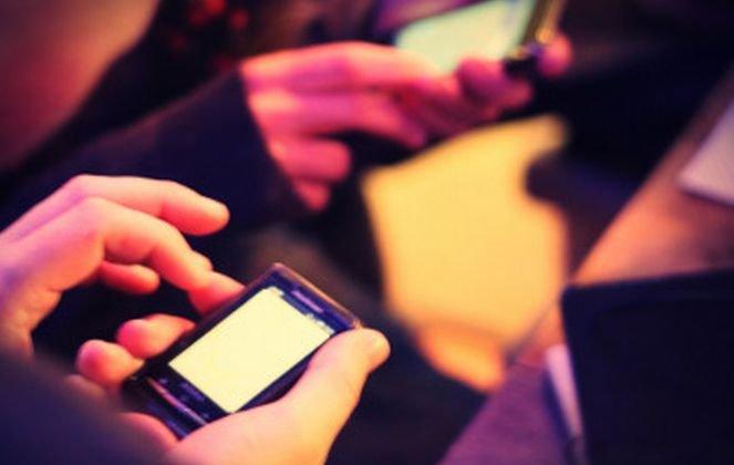 Francezii vor să introducă o taxă pe smartphone şi tablete