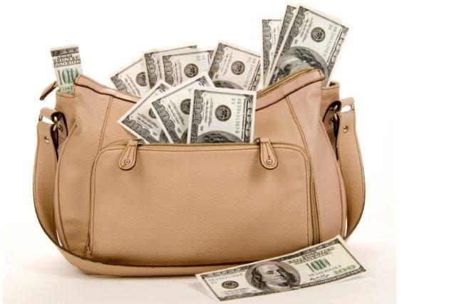 O geantă cu 12.000 de euro, furată dintr-un magazin din Arad. Hoţii au cheltuit 2.000 de euro până când au fost prinşi de poliţie