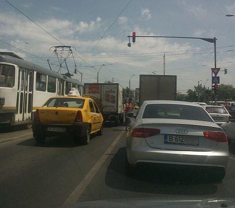 Se întâmplă în Bucureşti, la fiecare intersecţie, iar Poliţia nu ia nicio măsură