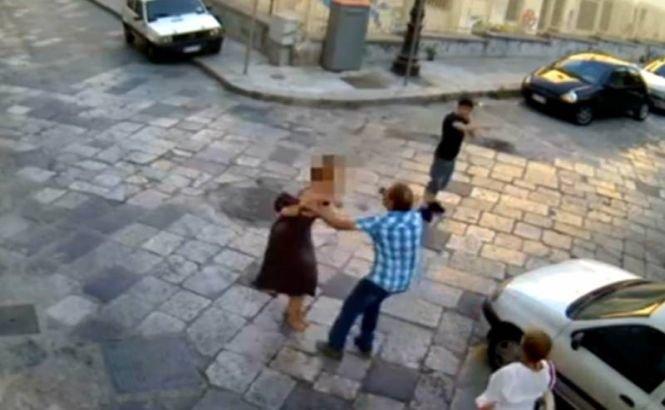 Italia. O femeie se bate parte-n parte cu doi hoţi
