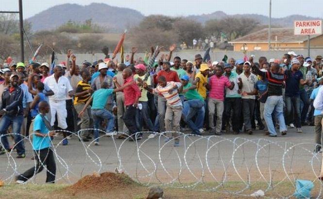 10 mineri sud-africani au fost internaţi în spital după un conflict cu agenţii de pază