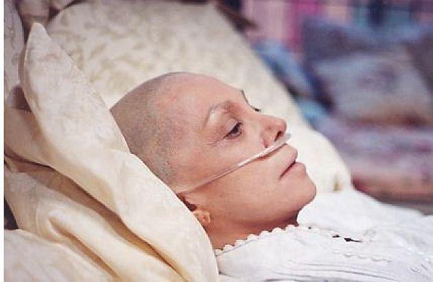 """Bolnavă de cancer a rămas fără pensie, pentru că s-a """"însănătoşit"""". Metoda umilitoare, practicată de autorităţi"""