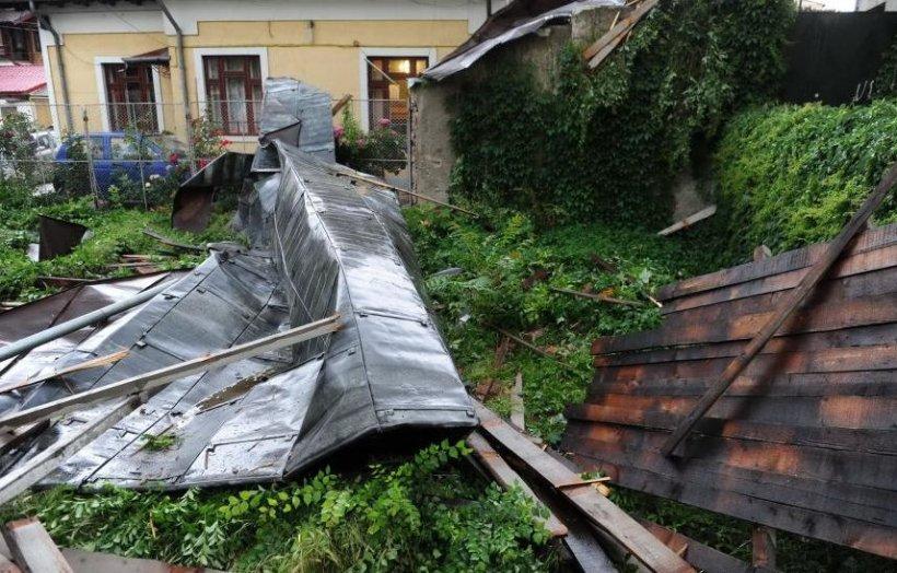FURTUNĂ VIOLENTĂ în Bucureşti şi Ilfov: 18 persoane duse la spital, 78 de copaci căzuţi, din cauza furtunii