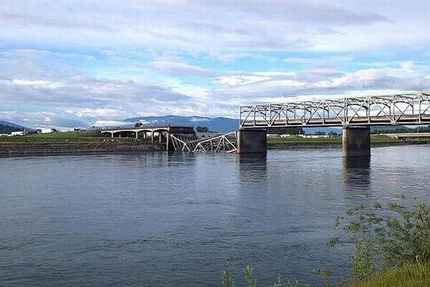 Un pod rutier din Washington s-a prăbuşit. Maşinile care îl traversau au căzut în apă