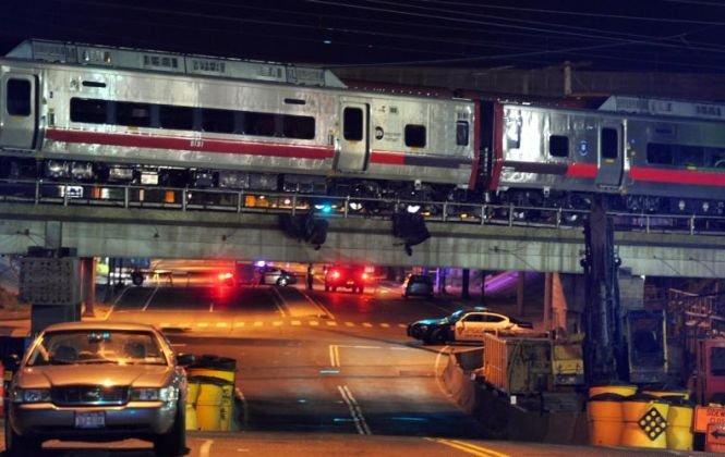 Grav accident în SUA. Două trenuri de marfă s-au ciocnit sub un pod