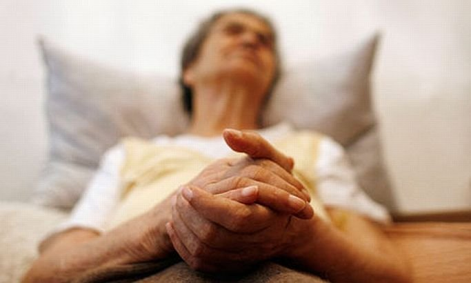 Blestemaţi de soartă, UMILIŢI de cei care ar trebui să îi ajute. Bătrână bolnavă cu Alzheimer şi hematom cerebral, considerată SĂNĂTOASĂ de comisia de evaluare