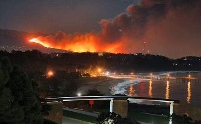 California. Peste 1000 de persoane au fost evacuate din calea flăcărilor