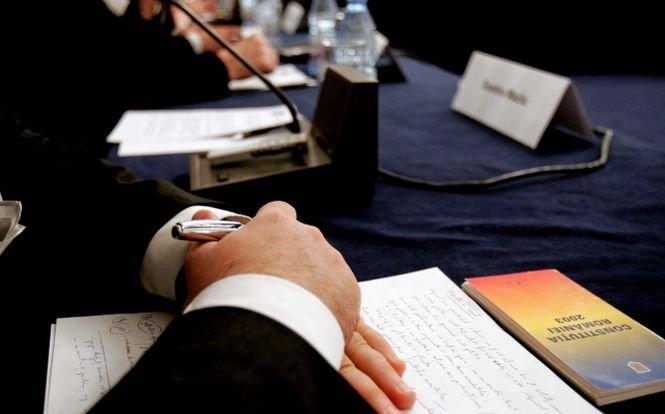 Comisia de rezivuire a respins ca în Constituţie să se scrie că România este republică parlamentară