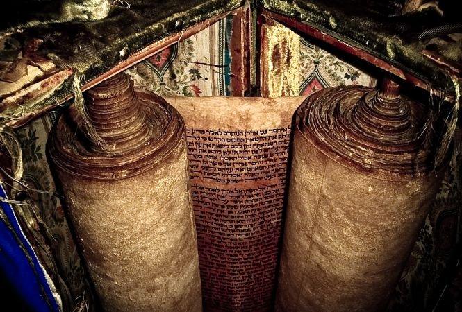 Descoperire remarcabilă în arhivele Universităţii din Bologna. Cea mai veche tora din lume