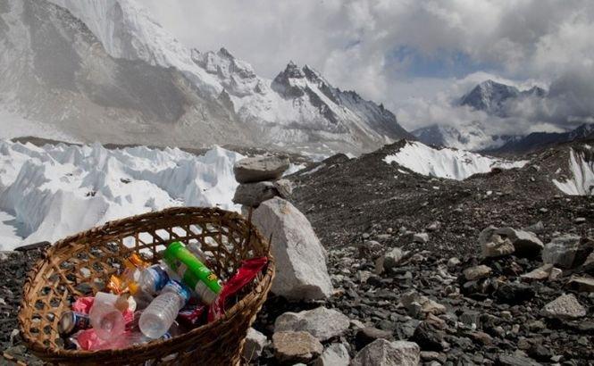 60 de ani de la prima cucerire a Everestului şi secretele MURDARE de pe Acoperişul Lumii