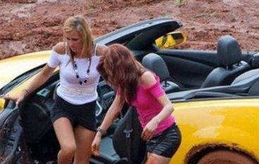 """Blondă la volan!!! În ce hal a putut să îşi distrugă maşina această domnişoară """"înzestrată"""" în ale şofatului"""