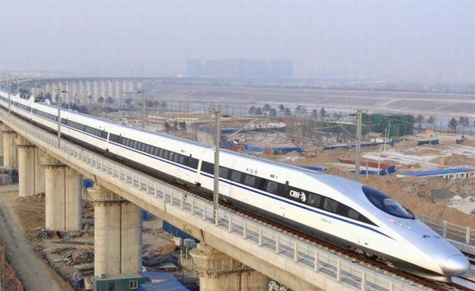 """""""Glonţul care levitează"""", testat în Japonia. Trenul poate atinge impresionanta viteză de 500 km/oră"""