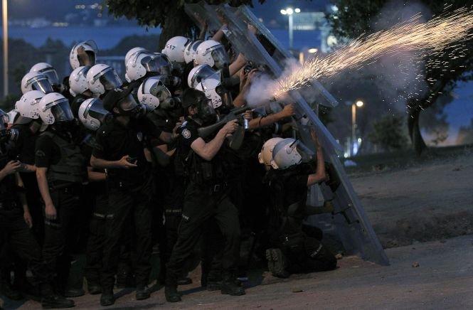 Protestatarii din Turcia au încercat să ajungă la birourile guvernamentale. Tensiunile protestelor, amplificate de o grevă generală