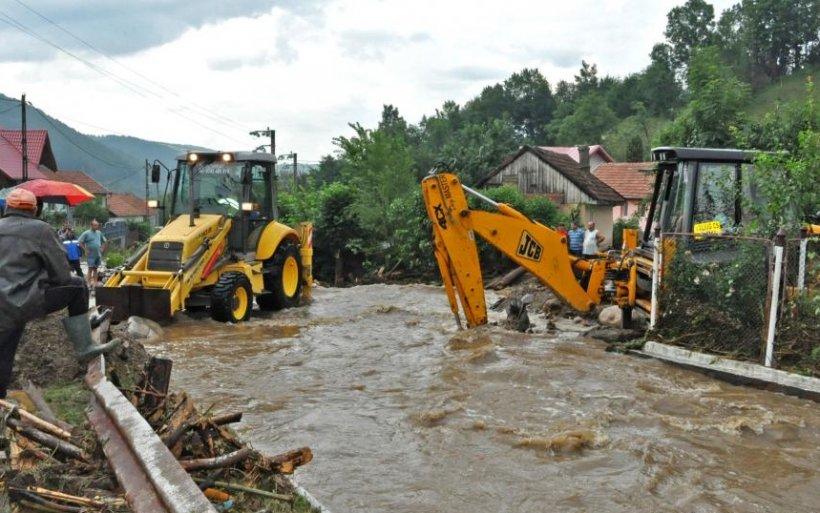 Zeci de case şi terenuri inundate, în judeţul Sibiu. Trei podeţe au fost complet distruse de ploi