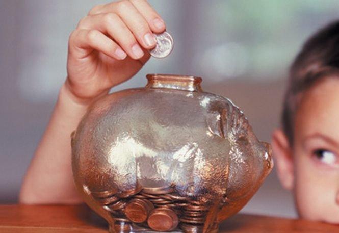 Românii sunt tot mai săraci şi nu îşi mai permit să facă economii