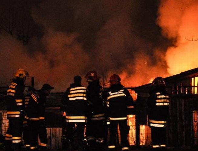 O femeie din Braşov a murit carbonizată, după ce un incendiu puternic a izbucnit în locuinţa sa