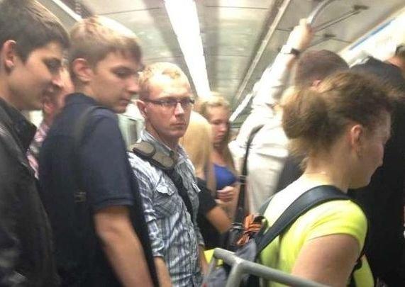 Fotografia surprinsă chiar în metrou. Toţi călătorii se uitau la tânăra în tricou galben, pentru că n-au mai văzut aşa ceva