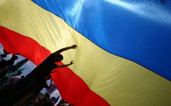 """O angajată a """"Casei Limbii Române"""" din Chişinău, amendată pentru că a arborat tricolorul românesc pe instituţie"""