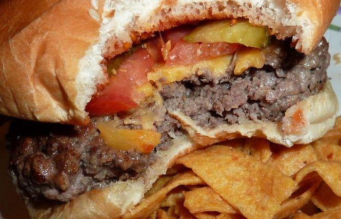 Descoperirea ŞOCANTĂ făcută de o femeie în timp ce muşca dintr-un hamburger. Viaţa ei a fost pusă în pericol