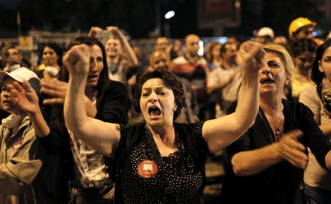 Turcia: Mamele protestatarilor au ieşit în stradă pentru a-şi proteja copiii de intervenţia forţelor de ordine