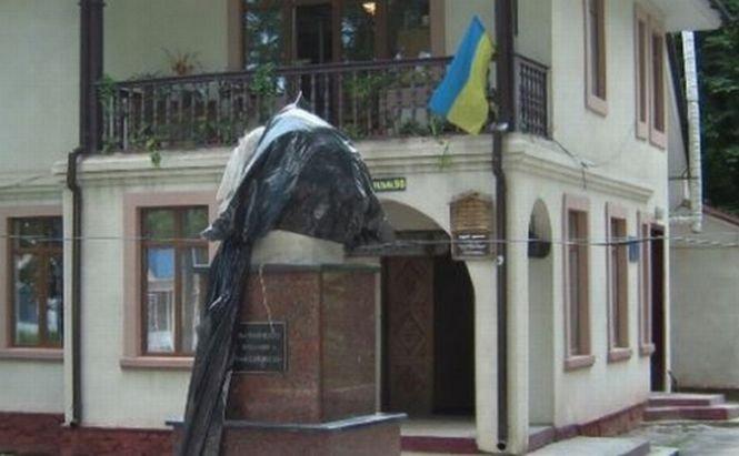 """Poliţia a găsit partea dispărută din statuia """"decapitată"""" cu Eminescu"""