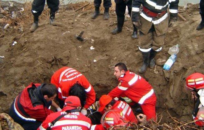 Luptă contra cronometru pentru salvarea a doi muncitori prinşi sub un mal de pământ