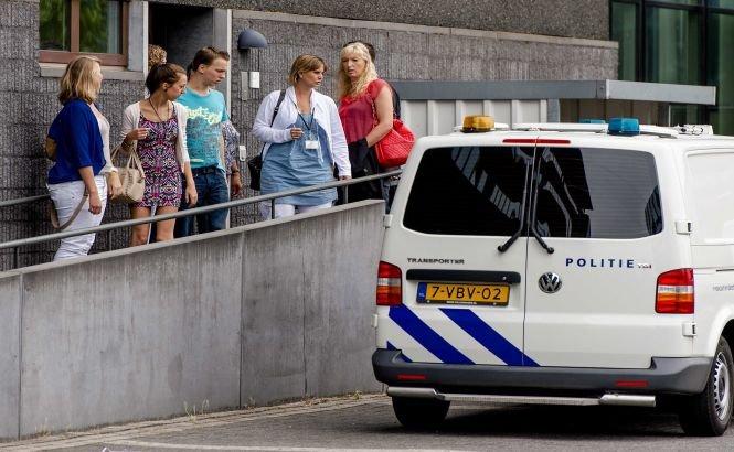 Şase adolescenţi olandezi şi tatăl unuia dintre ei, condamnaţi la închisoare pentru uciderea unui arbitru asistent