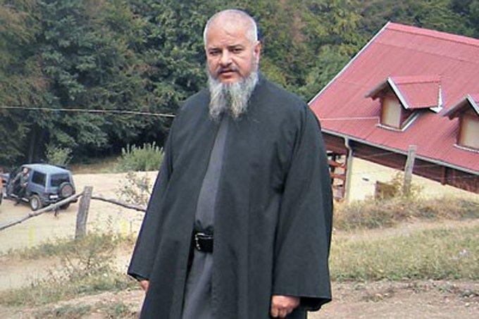 Un preot sârb care a omorât în bătaie un dependent de droguri, condamnat la 20 de ani de închisoare
