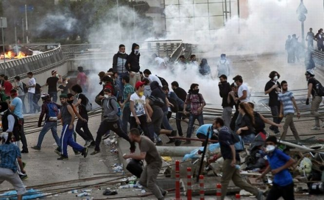 Mii de protestatari au invadat din nou Piaţa Taksim şi Ankara. Câţiva manifestanţi au fost snopiţi în bătaie cu bastoanele