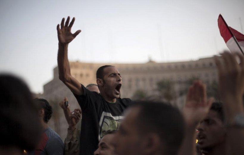 Un mort şi sute de răniţi în urma confruntărilor izbucnite în Egipt, între susţinătorii şi oponenţii preşedintelui Morsi
