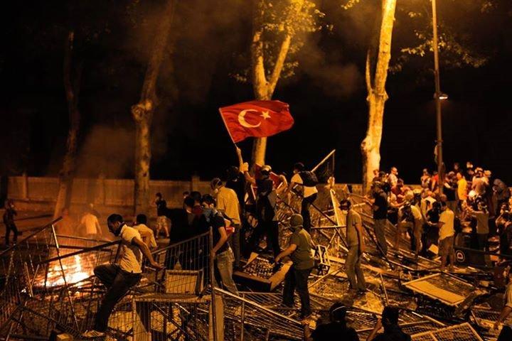 Un ziar turc a depus plângere împotriva CNN şi jurnalistei Christiane Amanpour, pentru modul în care au relatat incidentele din ţară