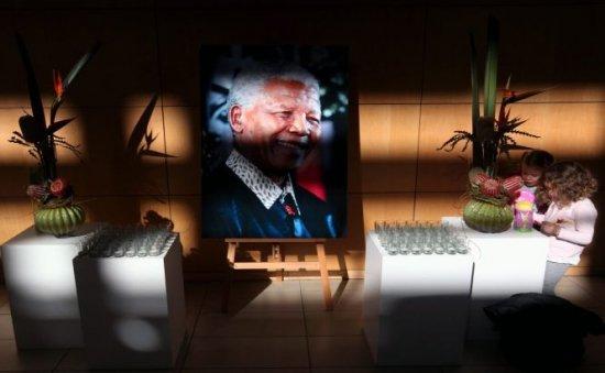 """""""Au minţit când au spus că este în stare vegetativă"""". Un nepot al lui Mandela va depune plângere împotriva membrilor familiei"""