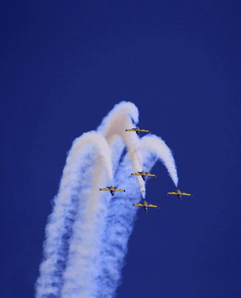 SHOW AVIATIC de zile mari. 100 de piloţi şi paraşutişti din elita acrobaţiei mondiale au evoluat deasupra Capitalei