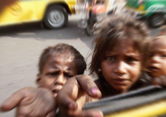 """Românii îşi """"închiriază"""" copiii pentru cerşit. Mii de minori sunt trimişi pe străzile Belgiei pentru a produce bani"""