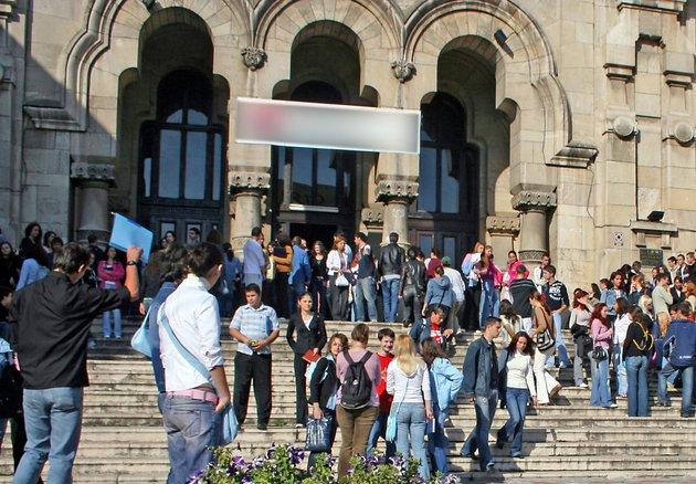 De bună voie şi nesiliţi de nimeni, românii se transformă în ţigani. Locurile din facultăţi şi licee, destinate romilor, ocupate tot de români