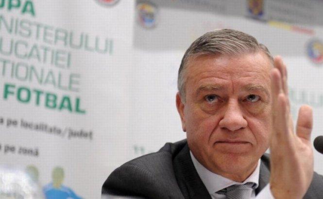 """Mircea Sandu îşi cere scuze, după ce a vrut să """"mângâie"""" familia copilului ucis de câini cu bilete la România-Ungaria"""