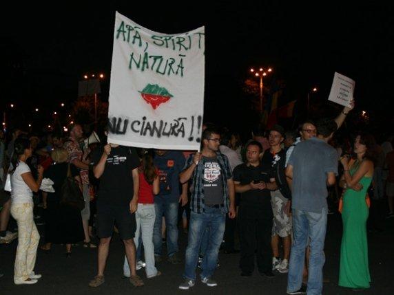 """""""Protestez, pentru că stând în casă mă simt neputincioasă văzând ce se întâmplă cu Roşia Montană"""". Sute de oameni, în stradă, în Piaţa Universităţii"""