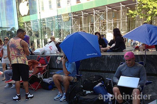Oamenii au început să formeze cozi în faţa magazinelor Apple, în aşteptarea noului iPhone 5S