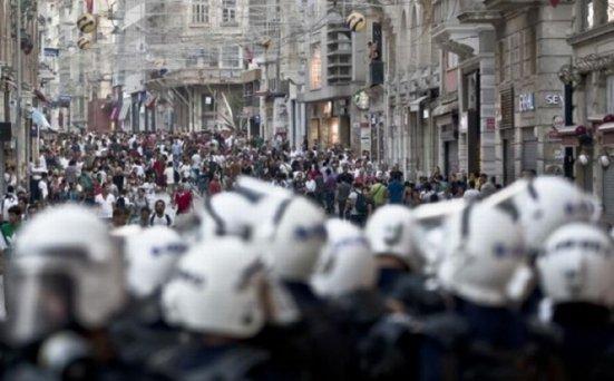 Protestele din Turcia, departe de final. Mii de oamenii au ieşit în stradă şi au atacat forţele de ordine