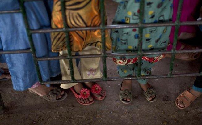 DUBLU ATENTAT SINUCIGAŞ în faţa unei BISERICI din Pakistan
