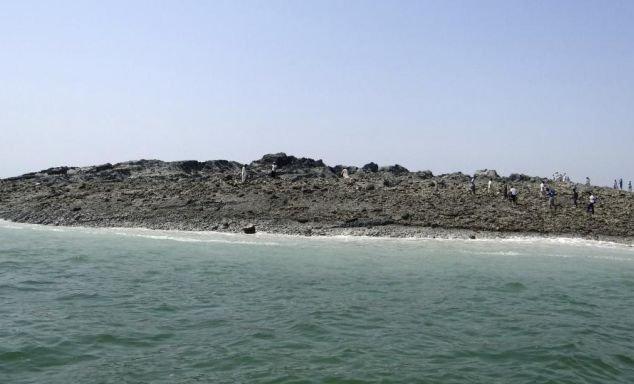 """""""Este înspăimântător să vezi aşa ceva ieşind din apă"""". Ce au aflat experţii despre insula care a apărut în urma cutremurului în Pakistan"""