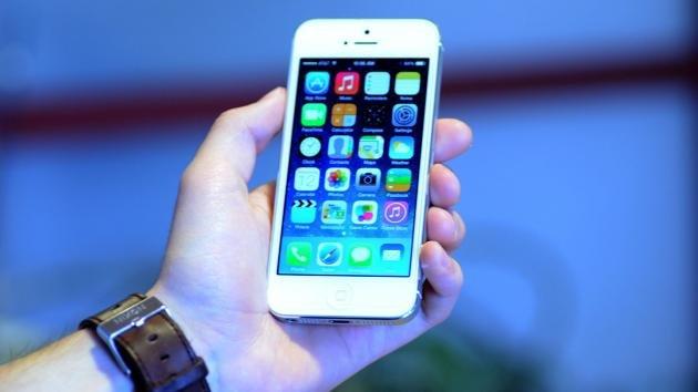 Mii de oameni şi-au băgat în APĂ iPhone-ul, după ce au instalat iOS7. Ce s-a întâmplat cu telefoanele