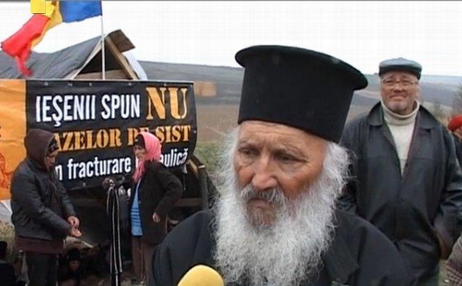 A doua zi de proteste la Vaslui, faţă de explorarea gazelor de şist. Preoţii s-au alăturat manifestanţilor