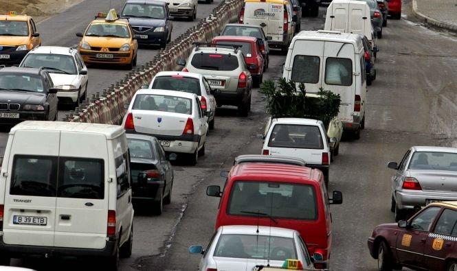 Circulaţie deviată pe DN1, din cauza aglomeraţiei. În staţiunile de pe Valea Prahovei s-a circulat în coloană