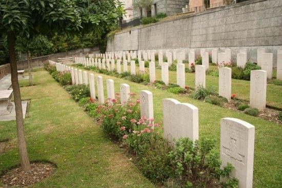 """""""O totală lipsă de respect faţă de cei care se odihnesc aici"""". Ce au făcut administratorii unui cimitir din Marea Britanie"""