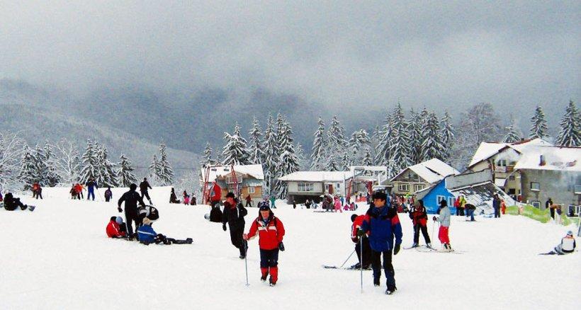Zăpada măsoară deja 30 de centimetri, spre bucuria celor care vor să urce pe pârtii. Ce avertisment vine din partea salvamontiştilor