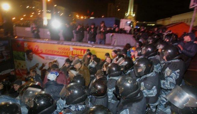 INTERVENŢIE ÎN FORŢĂ a forţelor de ordine din Kiev, pentru dispersarea manifestanţilor opoziţiei